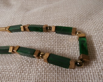 long vintage green and gold toned necklace V0023