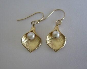 Calla Lily Flower Earrings. Pearl Earrings. Silver. Gold. Rose Gold Flower. Bridesmaid Earrings. Bridal Jewelry. Dangle Flower Earrings.