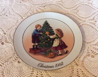 "1982 Collectible Avon Christmas Plate ""Christmas Memories"".    9"" plate diameter"