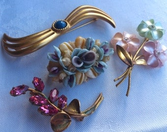 lot of four vintage brooches