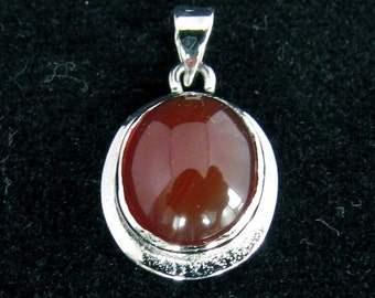 sterling silver gemstone pendant with a orange red oval shaped carnelian marked 925 (GP70)
