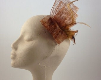 Headdress teixo:Pequeno of sinamay and rooster and goose biot feathers
