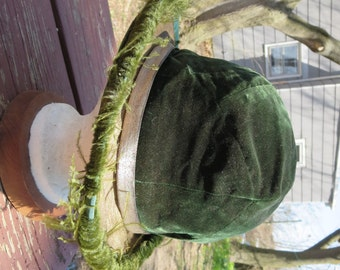 SALE Vintage 1920s Flapper hat cloche green velvet feathers gold mesh brim and band