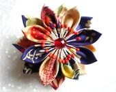 Broche et pince à cheveux avec fleur en tissu japonais multicolore rouge, bleu, écru -esprit kanzashi-