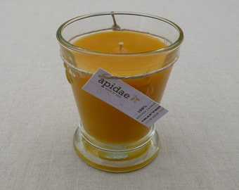 Bienenwachskerze im französischem Wasserglas mit Bienen-Prägung