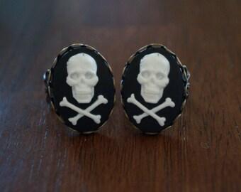 Skull and crossbones cameo ring