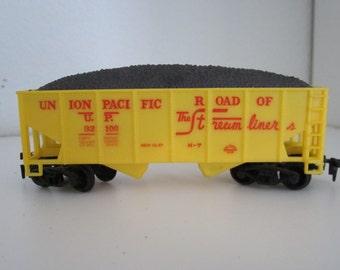 Vintage HO scale model train cars