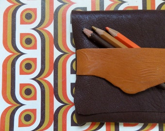 Justin Case is a handmade case made of recycled leather. It is approx 5,5x6,7 inches