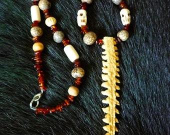Collier nageoire de poisson, perles d'os, d'ambre et graines d'amazonie