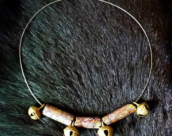 Collier perles anciennes millefiori, grelots laiton artisanals et fil câblé rigide.
