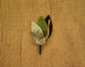 rustic feather boutonniere // eco-friendly and cruelty-free, made with guinea feathers // great for a rustic wedding