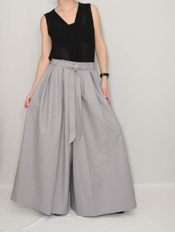 For this perfect summery outfit idea, you can wear pure white palazzo pants and then wear a gray colored or black and white colored cropped top on top of the palazzo pants.