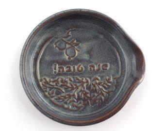 "Rosh hashanah gift - Hebrew inscribed spoon rest ""Shana Tova!"""