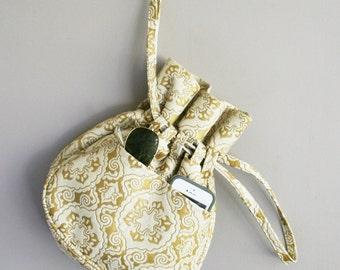 1960s Drawstring Purse - Mid Century Modern - Vinyl Print - Vintage Purse - Vintage Bag - Drawstring Bag - 5 pockets - Gold White Bag