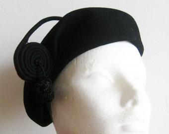 Vintage 40s Black & Red Art Deco Wool Felt Beret Chapeau Hat