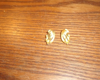 vintage clip on earrings goldtone