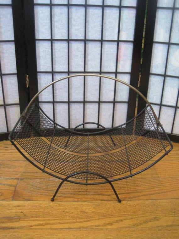 vintage 1950s 1960s wire magazine rack wood holder by girlgal6. Black Bedroom Furniture Sets. Home Design Ideas
