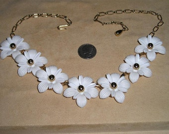 Vintage Daisy Chain Necklace White Plastic Flowers Choker 1960's Jewelry H16