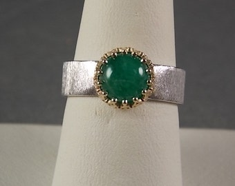 Cabochon Emerald 1.50Carats Bezel set in yellow Gold Collar on White Gold Florentine Band 5.7gm Size 7.75