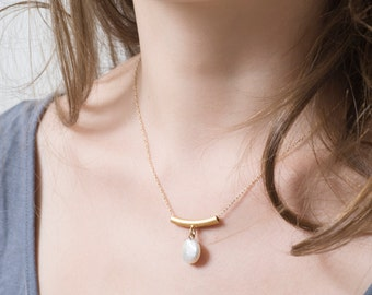 Gold bar necklace with a flat round pearl
