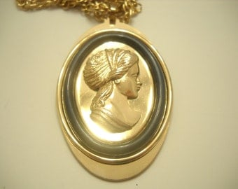Avon Cameo Pendant Necklace (2717)