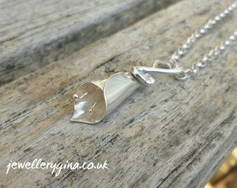 Sterling silver lily necklace with gleaming 9ct gold anthers. Silver necklace with wonderful lily motif.