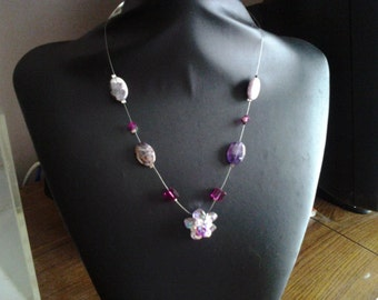 Agate necklace, metallic wire dressed up with square and bicone pink Swaroski cristal beads, with a flower pendant