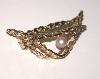 Beautiful vintage designed rolled gold 10/000 brooch with pearl.