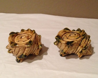 VINTAGE BrownL Conch Sea Shell Nautical SALT & PEPPER Shakers-Made In Japan