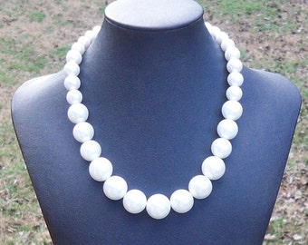 Leeley - Short Graduated Chunky White Glass Pearl Beaded Necklace