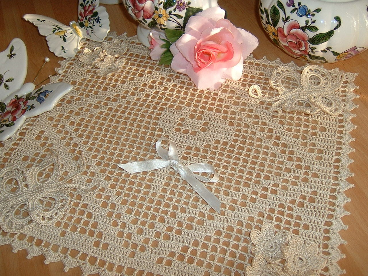 Filet crochet center made with flowers and butterflies - Centri uncinetto camera da letto ...