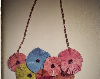 Necklace with colored skin tondos