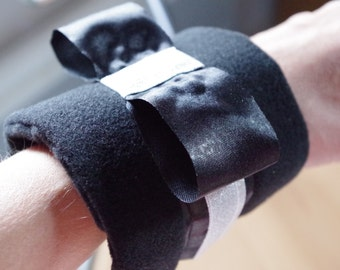 Fabric bracelet. flexible metal frame