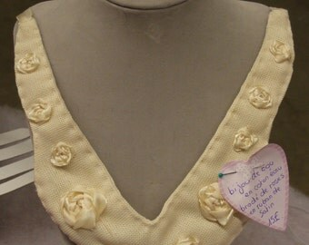 Neck Jewel In Clear Brown Cotton Embroidered With Roses And Satin Ribbon
