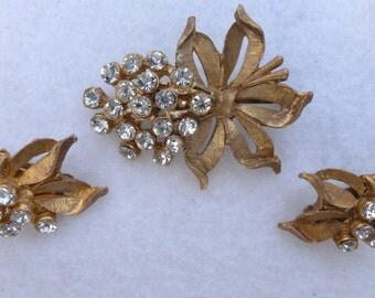 Brushed gold tone and clear rhinestone brooch and clip on earring set AB14