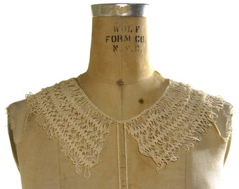 Lace Necklace / Vintage 1950s Handmade Crochet Neckpiece / Lace Collar with Fringe