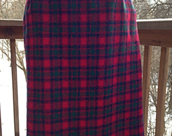 1970s Pendleton skirt. size 6 petite Pencil skirt. Red blue and green plaid tartan. 100% wool for winter.