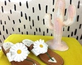 90s Leather Daisy Thong Sandals / Size 8 / Stacked Heel /  Clueless / Grunge / Floral /