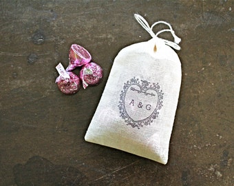 Wedding favor bags, set of 50 personalized muslin bags. Vintage heart with custom initials. Party favor, bridal shower favor bags.