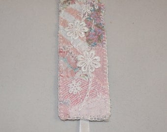Bookmark Embroidered Patchwork in pink with lace flowers