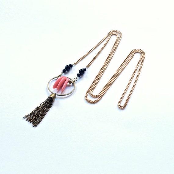 Collier Sautoir Graphique, Perles Verre Rose et Onyx Noir, Pompon Retro Chic