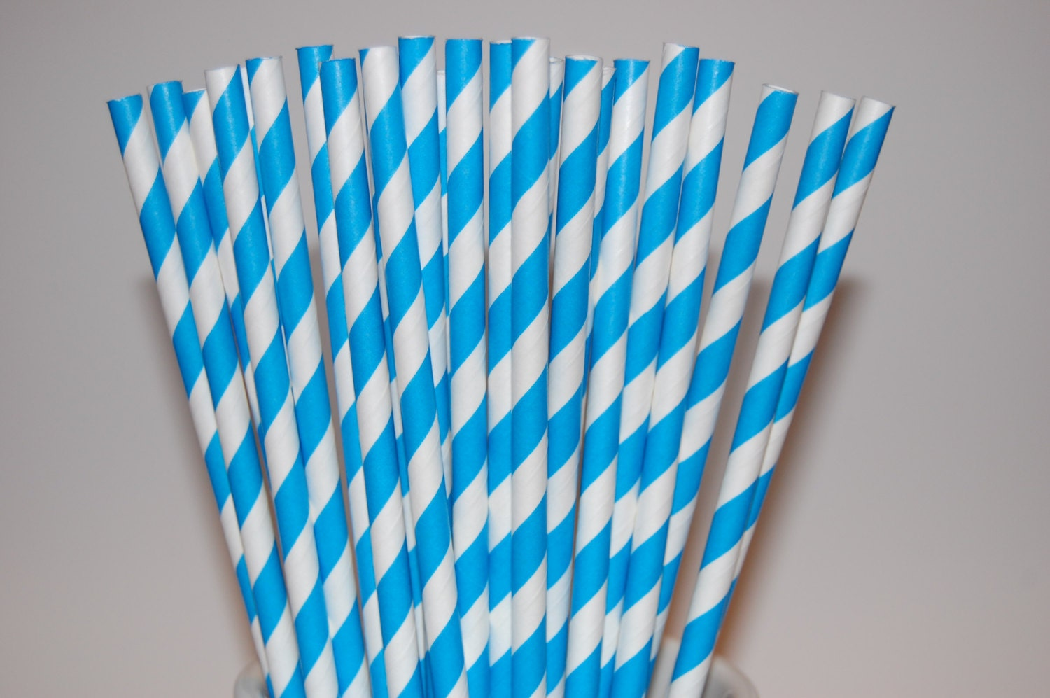 blue paper straws Our red & blue paper straws are a white straw with blue and red stars accenting it a package of red & blue straws has twenty four 8 paper straws.