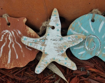 25 Beach Themed Wooden Sea Shell Tags, Nautical Ornaments, Gift Tags, Party Decorations, Wedding Favors