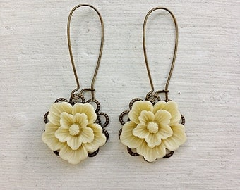 Romantic Flower Earrings/Ivory Earrings/Cream Earrings/Rustic Wedding Earrings/Bridesmaid Earrings/Ecru Earrings/Shabby Chic Earrings