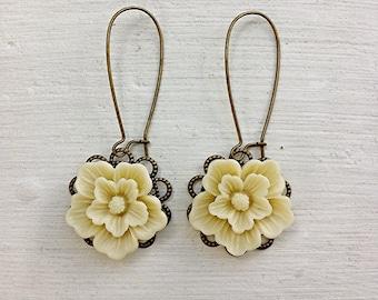 Romantic Flower Earrings/Ivory Earrings/Cream Earrings/Rustic Wedding Earrings/Bridesmaid Earrings/Ecru Earrings/Shabby Chic Earrings