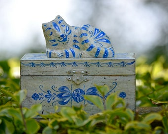 Oblong wooden treats keepsake box - handpainted - folk art - Hindeloopen - Delft Blue - Cat figurine - home decor