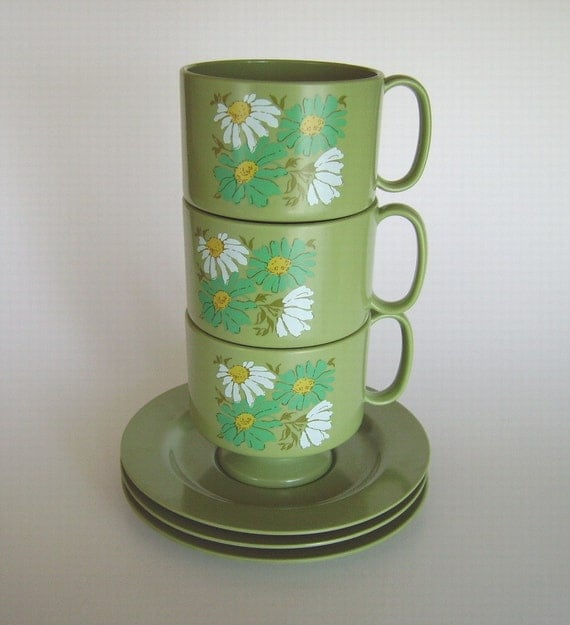 Vintage Oneida Ware Trio of Avocado Pedestal Footed Cups Mugs & Saucers Melamine Melmac – Retro Flower Power Daisies in Teal, White and Gold