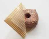 20  food wrappers in brown gingham check (13cm x 13cm)