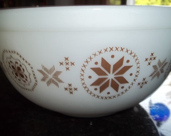 Town and Country, 403 Vintage Pyrex Nesting Mixing Bowl 2.5Quart
