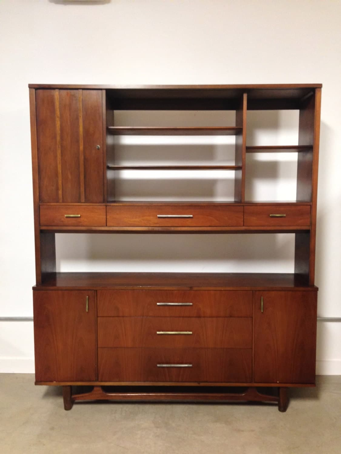 mid century modern china cabinet for display and storage. Black Bedroom Furniture Sets. Home Design Ideas